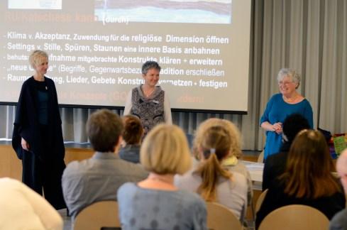 Anna-Katharina Szagun wird vom ökumenischen Fachstellenteam verdankt Foto: Judith Spieler