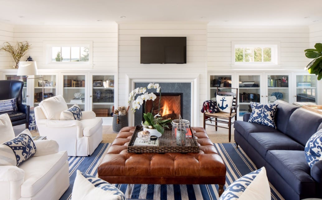 living room with a blue sofa and two white armchairs - The 4 most common mistakes in the living room and tips to correct them