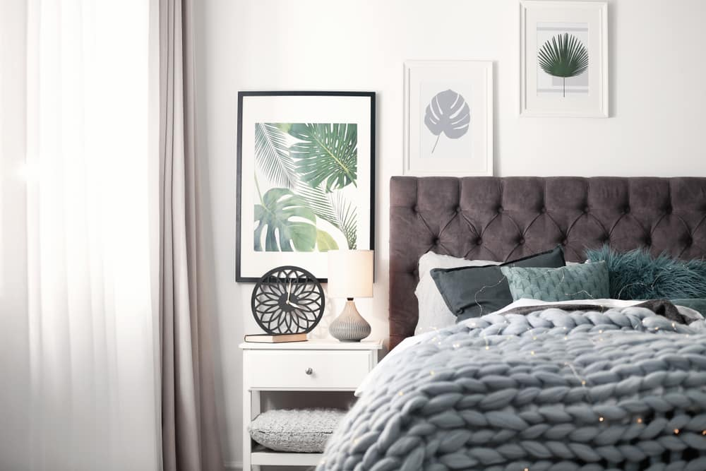 White room with pictures on the wall - See 4 affordable ways to get out of routine in Interior Design