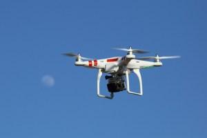 Dron bajo el cielo azul