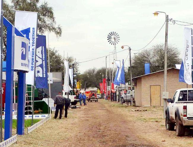 Uno de los pasillos de la Expo Trébol, que arrancó el fin de semana y que muestra el potencial productivo del Chaco.