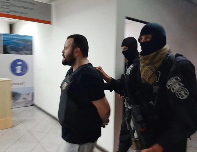 El brasileño Boscatto es llevado por  policías paraguayos para entregarlo en el Puente de la Amistad a agentes de la nación vecina. Fue anoche después de las 21:00.