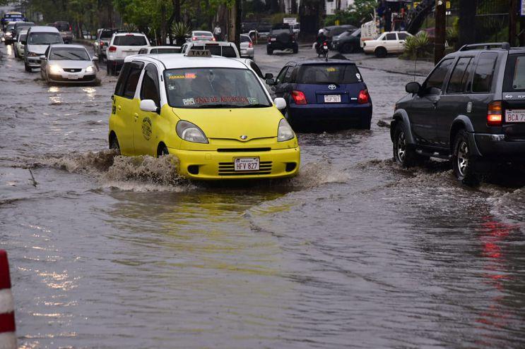 Las lluvias generaron raudales en las principales avenidas de Asunción.
