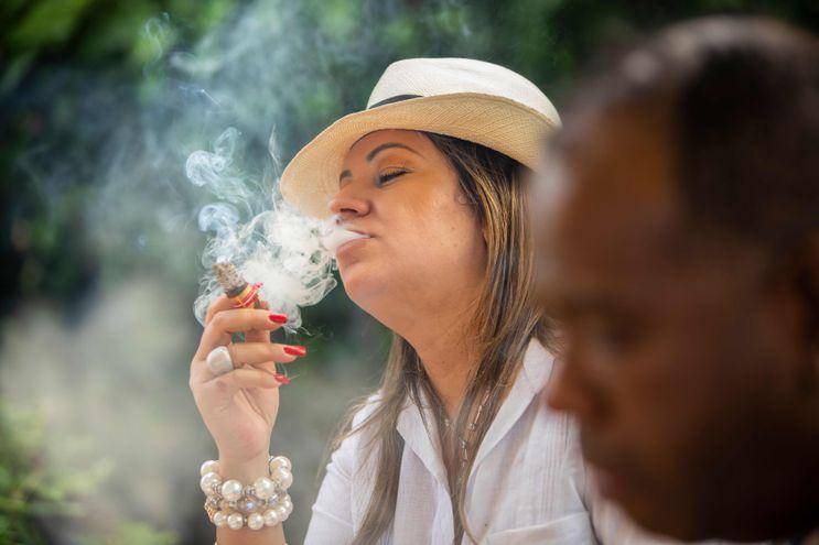 """Una turista fuma un cigarro en el festival del tabaco """"Puro Sabor"""", en Esteli, Nicaragua."""