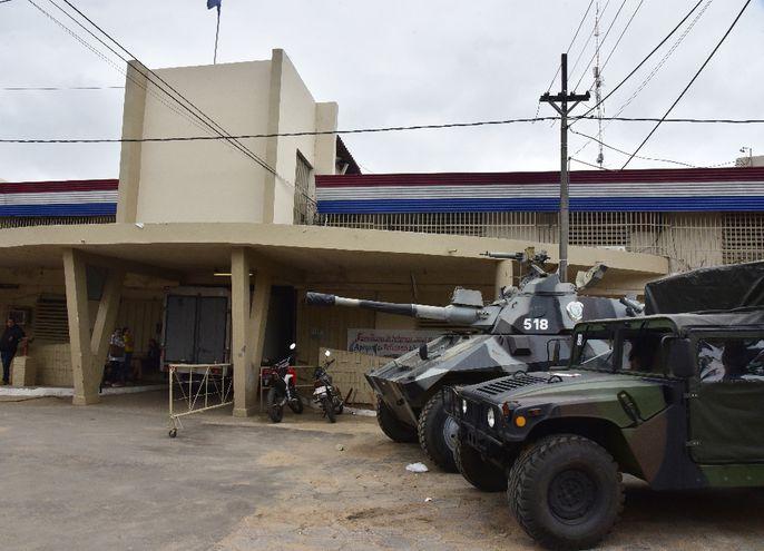 Una tanqueta y un camión militar resguardan la entrada a la Penitenciaría Nacional de Tacumbú ante la amenaza de huelga.
