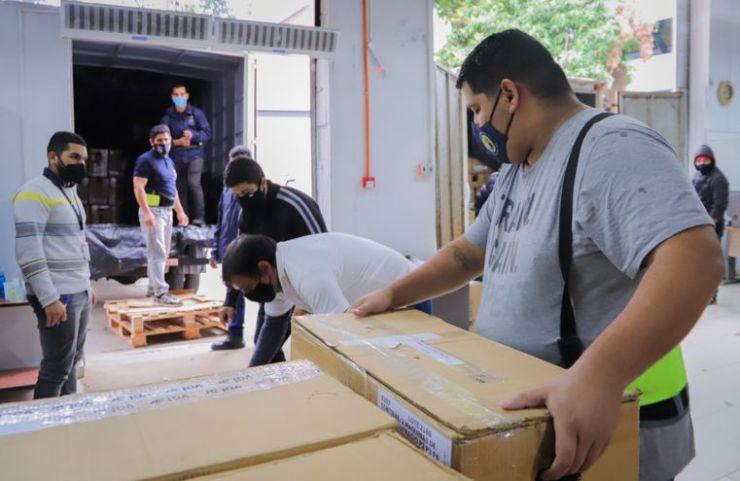 Materiales electorales siendo preparados para el traslado, de cara a las internas partidarias del domingo.