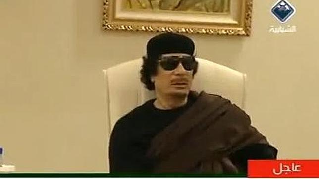 Gadafi reaparece en un hotel de Trípoli durante una reunión con líderes tribales