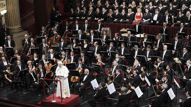 Benedicto XVI asiste a un concierto, dirigido por Barenboim, en La Scala