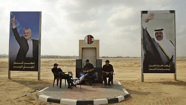 El emir de Qatar, primer jefe de Estado que visita Gaza desde que gobierna Hamás