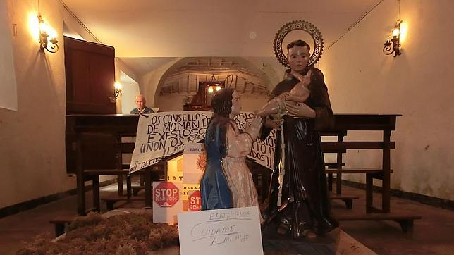 En un belén gallego, una virgen entrega al Niño Jesús a la beneficencia