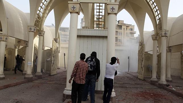 Los choques entre coptos y musulmanes en Egipto dejan tres muertos y más de cien heridos