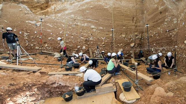 Investigadores en Atapuerca (Fuente: https://i2.wp.com/www.abc.es/Media/201307/21/atapuerca--644x362.jpg)