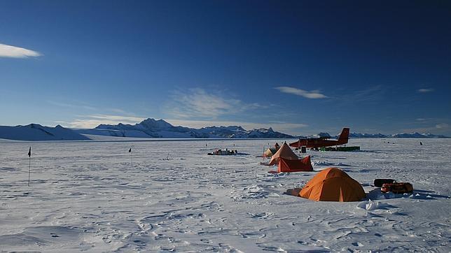Descubren bajo la Antártida gigantescos canales tan altos como la torre Eiffel