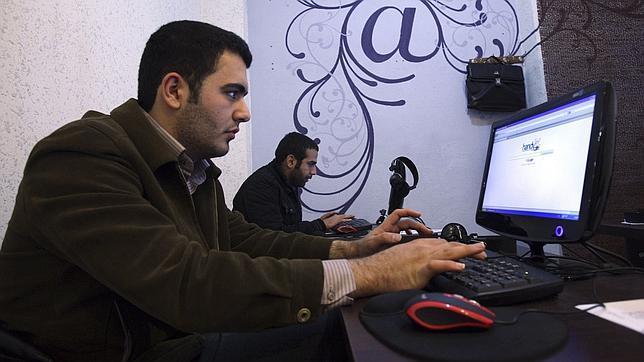 El líder supremo iraní prohíbe los chats entre chicos y chicas que no se conocen