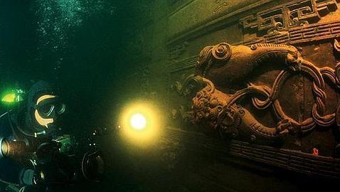 Un arqueólogo examina el tesoro bajo el agua. Forma parte de una imágenes tomadas por Chinese National Geography