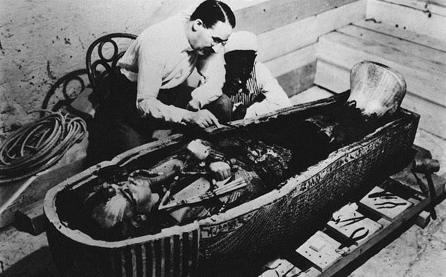 Howard Carter examina el sarcófago de Tutankamón