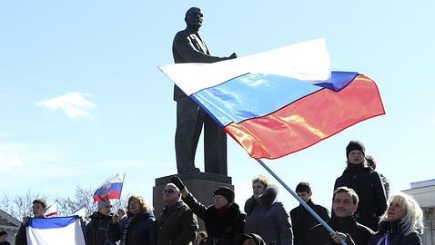 Banderas rusas en la Plaza Lenin de Simferopol (Crimea)