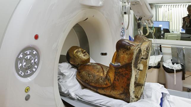 Encuentran una momia con 1.000 años de antigüedad escondida en una estatua de Buda