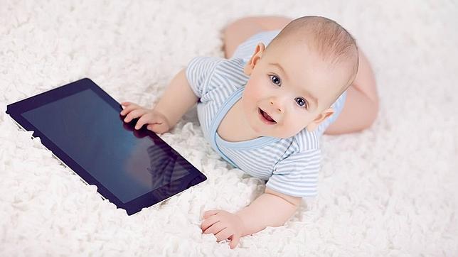 Un estudio sostiene que los niños deben usar tablets desde la cuna