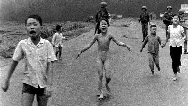 Kim Phuc huye de los bombardeos con napalm