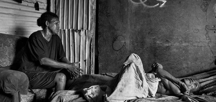 Keliver Chourio, de 26 años, con una grave desnutrición y paralizada por una meningitis que a los once meses dejó secuelas irreversibles en su sistema nervioso. Al lado su madre, Juana, que cree que le habría podido dar una vida mejor si la revolución bolivariana le hubiese dado oportunidades, como prometía. «No se imagina cuántas cartas he mandado a la gobernación y a Miraflores. Incluso viajé en enero a Caracas solicitando una silla de ruedas, medicinas y alguna bolsa de comida mensual, pero nadie nos escucha ni nos toma en consideración. Y tanto que apoyamos a Chávez...», suspira.
