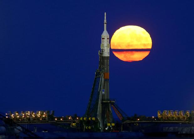 La Luna brilla después de un cohete Soyuz con destino a la Estación Espacial Internacional (ISS), en el cosmódromo de Baikonur (Kazajistán), el 14 de noviembre de 2016