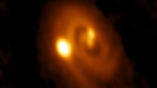 Imagen de radio de un sistema triple formándose en la nube molecular de Perseo