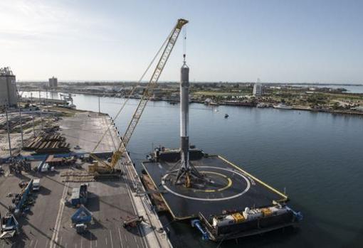 Plataforma robótica «Of course I still love you». La fase inferior central del Falcon Heavy debía aterrizar ahí, pero se estrelló en el mar
