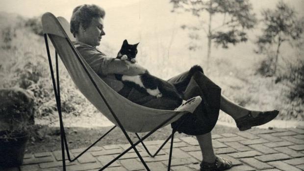 Elizabeth Bishop con su gato «Tobías» en 1954