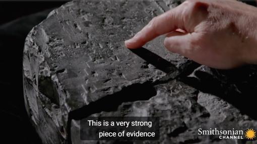 Andrew George muestra el zigurat grabado en la tablilla de piedra