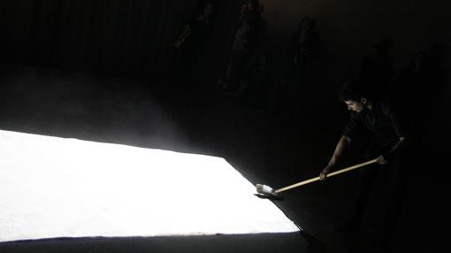 """Un momento de la """"performance"""" de Edith Dekyndt"""