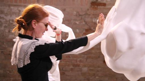Una joven juguetea con la escultura central del pabellón argentino