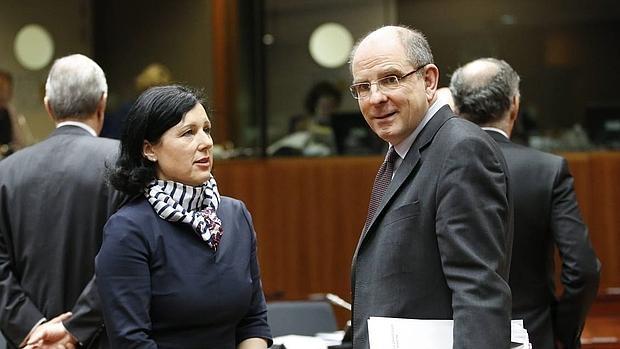 La comisaria europea de Justicia, Consumo e Igualdad de Género, Vera Jourova (izq), conversa con el minsitro de Justicia belga, Koen Geens, al inicio de la reunión del Consejo de Justicia e Interior de la UE en Bruselas