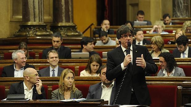 Carles Puigdemont toma la palabra en una sesión de control del Parlamento catalán