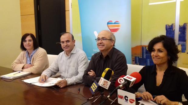 Mª José Saúco, gerente de la Asociación de Comerciantes, Jorge García Ferre, presidente, Francisco Javier Esquembre, alcalde de Villena, y Esther Esquembre, concejal de Comercio