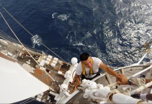 Imagen de un marino desde una cofa del buque