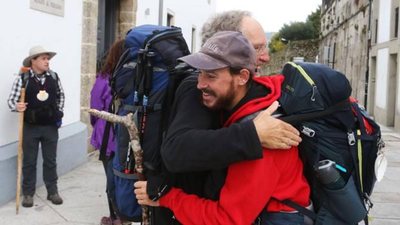Dos peregrinos se abrazan a su llegada a Santiago - MIGUEL MUÑIZ