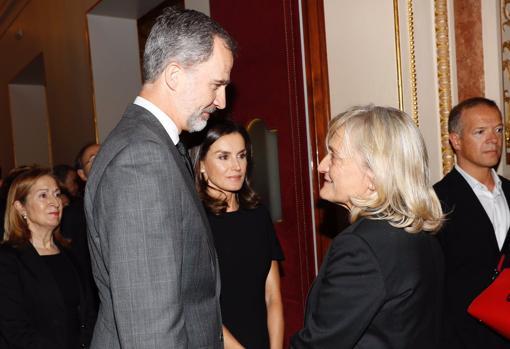 El Rey Felipe VI junto a la mujer de Alfredo Pérez Rubalcaba, Pilar Goya