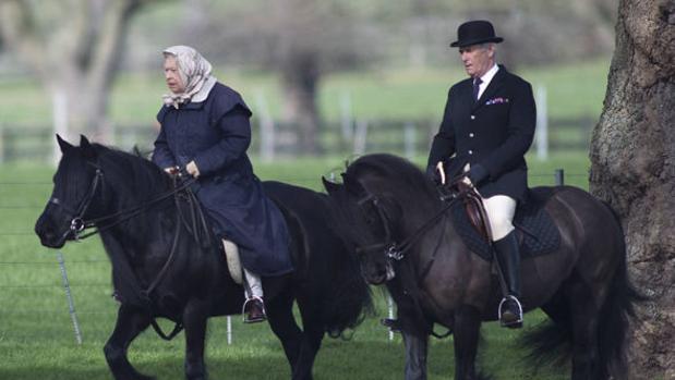 La Reina Isabel con uno de sus empleados