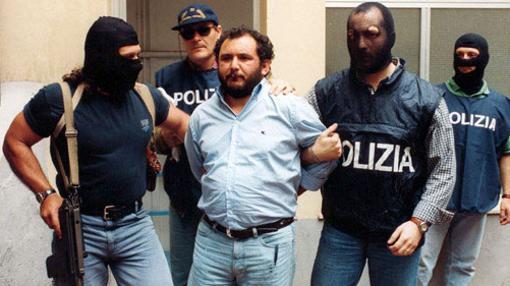 Giovanni Brusca, custodiado por la Policñia en 1996