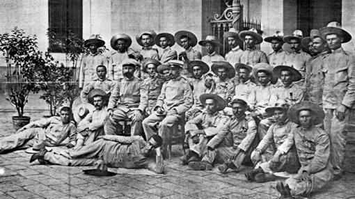 Los oficiales y soldados que formaron la guarnición de Baler (Filipinas), a su llegada a Barcelona