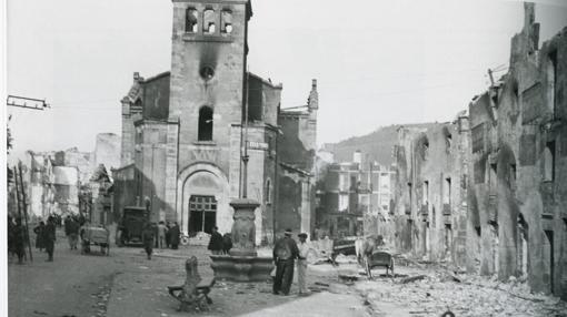 Peepe Demaría entra en Guernica a los pocos días de ser bombardeada por la Legión Cóndor.