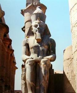 Ramsés en el templo de Tebas.