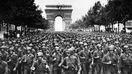 La 28ª desfilando por París
