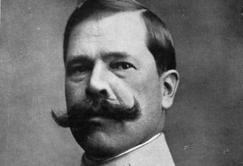El general Silvestre, luciendo su característico bigote