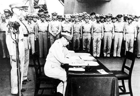 MacArthur firma la rendición de Japón a bordo del Missouri, Percival a la izquierda