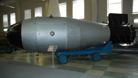 Fotografía de una réplica de la carcasa de la Bomba del Zar