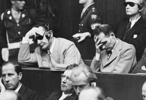 Rudolf Hess, a la derecha, durante el juicio de Núremberg, en 1945