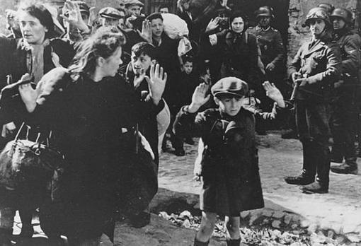 Un grupo de judíos en el gueto de Varsovia en 1943