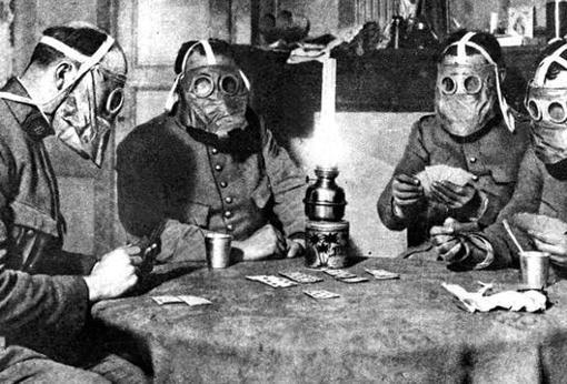 En previsión de un ataque «químico», estos soldados juegan a las cartas cubiertos con una máscara antigás